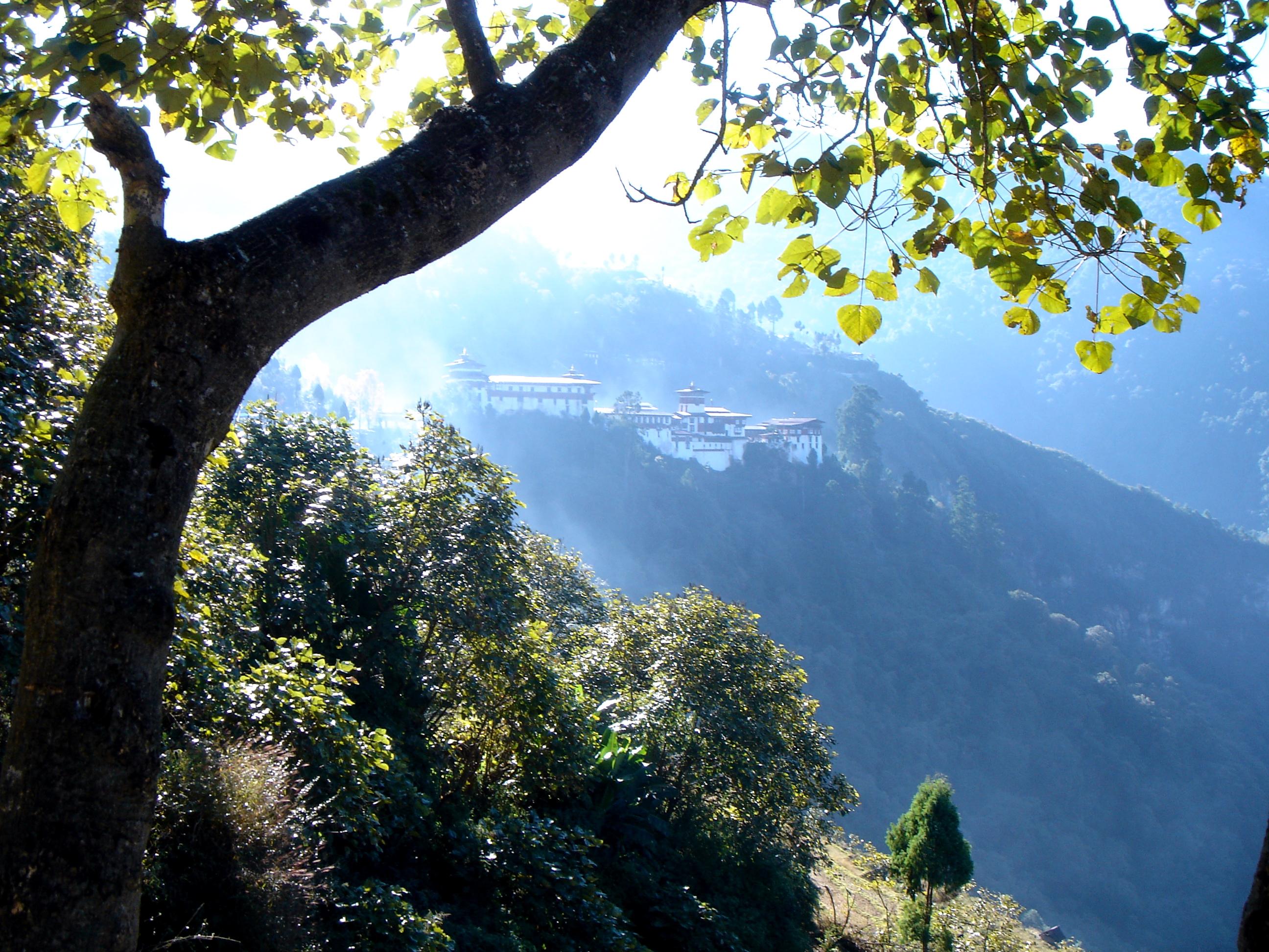 17_Trongsa_Dzong_in_Mist