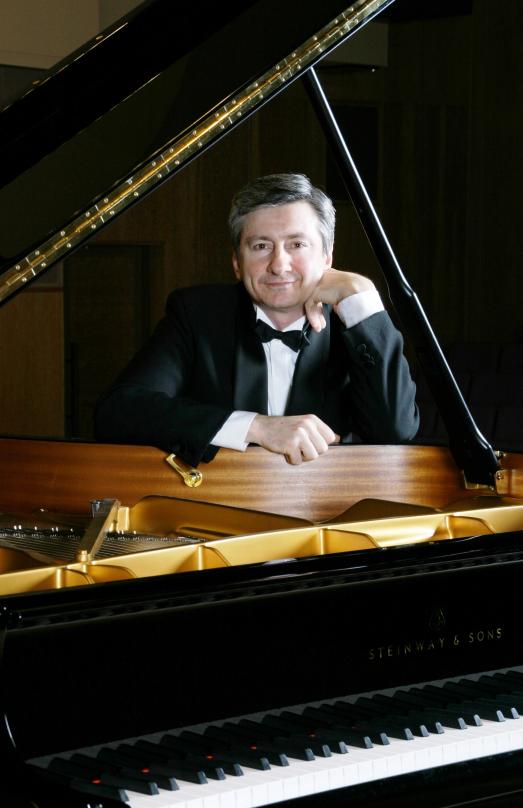 Soloist Vladimir Ovchinnikov.