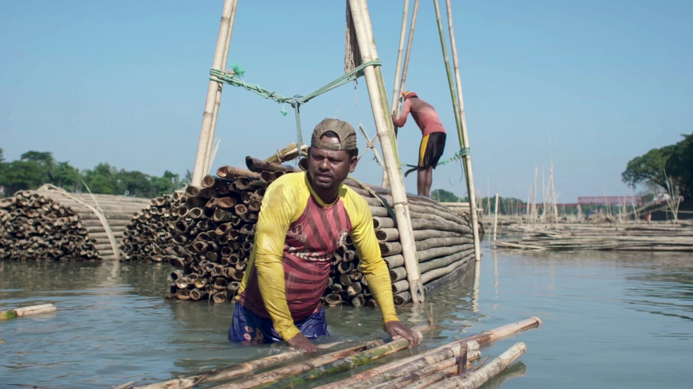 Foreman SHOHEED bundling the tribes at the Kushiyara river. Photographer: Shaheen Dill-Riaz © MAYALOK